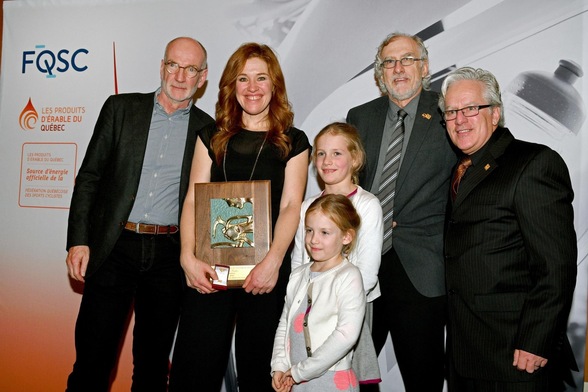 Clara Hughes accompagnée de (gauche à droite) : Hubert Lacroix et ses filles, Pierre Blanchard et André Michaud