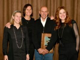 Eric Van den Eynde en compagnie de (gauche à droite) : Annie Gariépy, Lyne Bessette et Clara Hughes