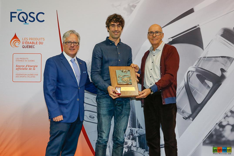 Mathieu Toulouse accompagné d'André Michaud (gauche) et Gilles Durand (droite)