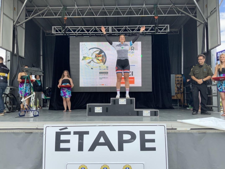 Coralie Levesque qui met la main sur le maillot du Tour de la Relève 2019