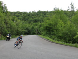 Une cycliste qui entame son virage en descente.