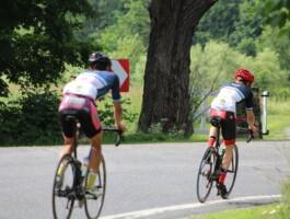La distanciation physique de deux mètres entre les coureurs.