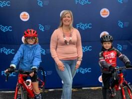 La Mairesse De Contrecoeur Prend Une Photo Avec La Releve Cycliste