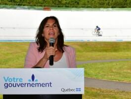 La ministre déléguée à l'Éducation, Mme Isabelle Charest, lors de l'annonce gouvernementale