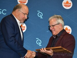 André Michaud remet la plaque à Yves Blouin
