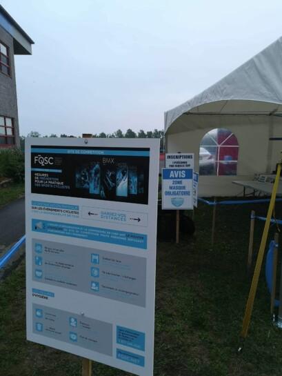 Les personnes présentes sur le site de compétition ont accès aux règles sanitaires à l'entrée.