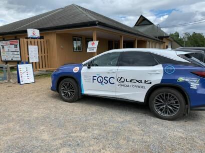 La Lexus FQSC devant le chalet des inscriptions.