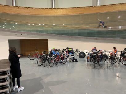 Un entraînement sur la piste d'un vélodrome du Portugal.