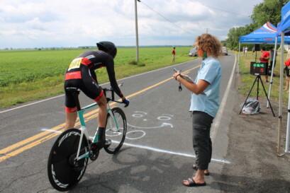 En position montée sur son vélo, il est prêt à pédaler.