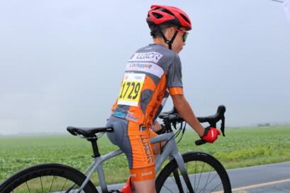 Un jeune coureur prêt à pédaler à fond.