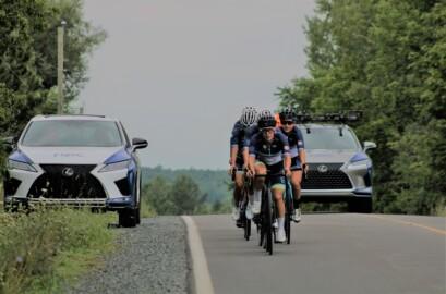Deux Lexus qui essaient de suivre le peloton!
