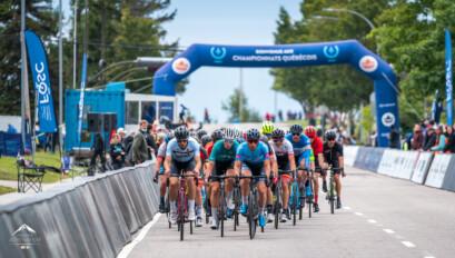 Peloton chez les juniors hommes lors du critérium lundi.