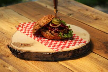 Le hamburger au porc effiloché érable et bière
