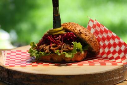 La présentation du hamburger spécial Coco