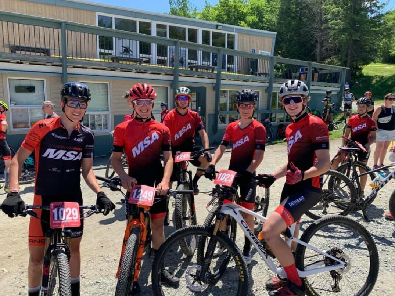 Des membres du volet compétitif du Club cycliste Mont Sainte-Anne.