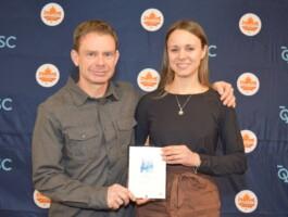 John Malois en compagnie de sa protégée, Laurie Arseneault, nommée athlète de la relève en vélo de montagne au MCQ 2019.