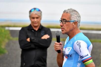 L'ancien champion du monde de cyclisme sur piste, Sylvan Adams, en compagnie du directeur général de la FQSC, Louis Barbeau