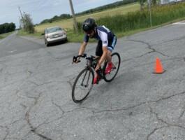 Un porte-couleurs de l'équipe du Québec en paracyclisme sur route