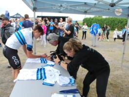 Julien Boulé signe le chandail de champion québécois