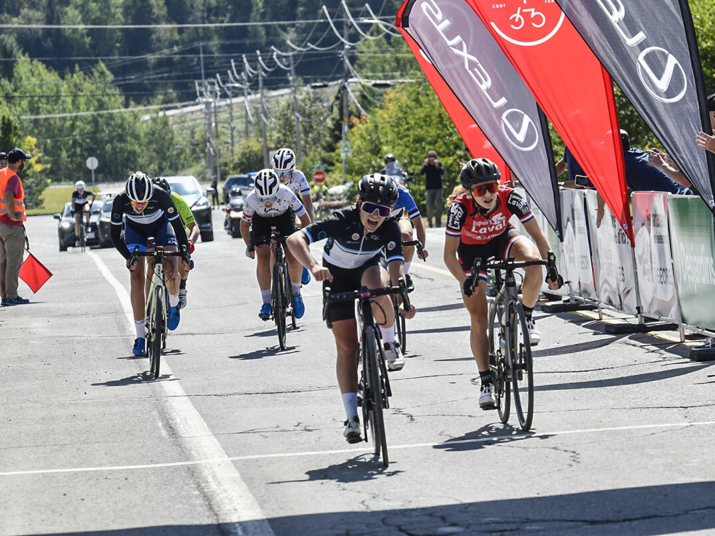Elissa Proulx franchit la ligne d'arrivée lors des Nationaux de route samedi.    Crédit : Rob Jones/Canadiancyclist.com