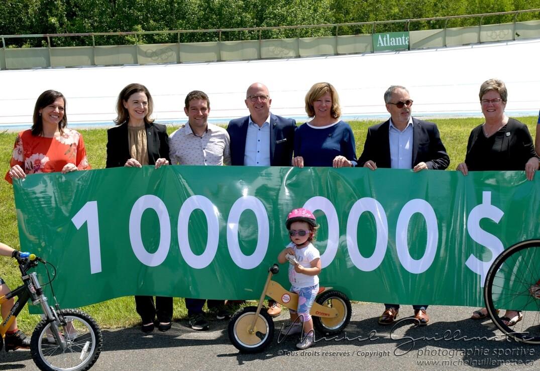 Les dignitaires présents pour la remise du chèque de 1 million de dollars par Desjardins