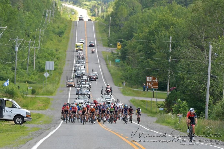 Le peloton lors de la cinquième étape de la 50e édition du Tour de l'Abitibi en 2019.