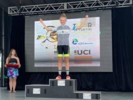 U13F Abigaël Fortier met la main sur le maillot du Tour de la Relève 2019