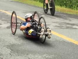 Athlète de vélo à mains en action lors des Championnats québécois sur route élites/para 2019