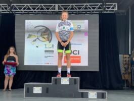 U15F Evaëlle Fortier met la main sur le maillot du Tour de la Relève 2019