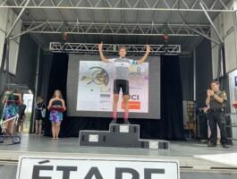 U15M Justin Roy met la main sur le maillot du Tour de la Relève 2019