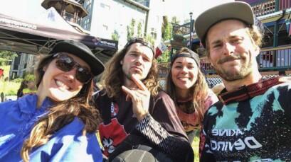 Le trio québécois profitant du décor de l'Ouest canadien